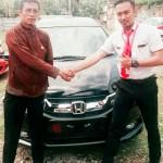 Foto Penyerahan Unit 1 Sales Marketing Mobil Dealer Honda Surabaya Nino