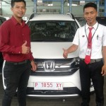foto-penyerahan-unit-2-sales-marketing-mobil-dealer-honda-bondowoso-heru