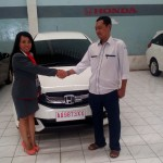 foto-penyerahan-unit-mobil-3-sales-marketing-mobil-dealer-honda-magelang-danik