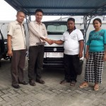 Foto Penyerahan Unit 3 Sales Marketing Mobil Dealer Suzuki Kendari Fatur