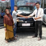 Foto Penyerahan Unit 4 Sales Marketing Mobil Dealer Suzuki Kendari Fatur