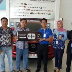 Foto Penyerahan Unit 2 Sales Marketing Mobil Dealer Mazda Makassar Mappasessu