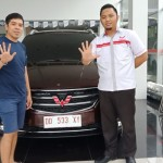 Foto Penyrahan Unit 2 Sales Marketing Mobil Dealer Wuling Andi
