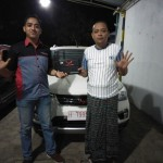 Foto Penyrahan Unit 2 Sales Marketing Mobil Dealer Wuling Ricko
