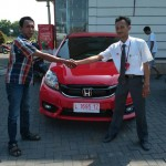 Foto Penyerahan Unit 3 Sales Marketing Mobil Dealer Honda Mojokerto Huda