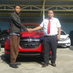 Foto Penyerahan Unit 3 Sales Marketing Mobil Dealer Honda Probolinggo Suthe