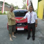 Foto Penyerahan Unit 5 Sales Marketing Mobil Honda Muslikh