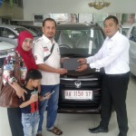 Foto Penyerahan Unit 1 Sales Marketing Mobil Dealer Suzuki Irpan