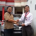 Foto Penyerahan Unit 2 Sales Marketing Mobil Dealer Honda Jakara Utara Tjhai Andre