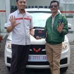 Foto Penyrahan Unit 1 Sales Marketing Mobil Dealer Wuling Andi