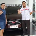 Foto Penyrahan Unit 2 Sales Marketing Mobil Dealer Wuling Andi